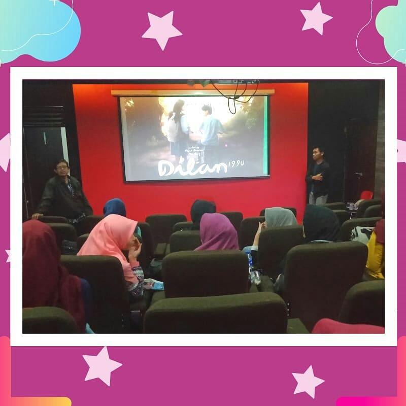 Kegiatan kajian film (KALeM #56) mengapresiasi film Dilan 1990.